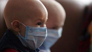 Dos niños afectados de leucemia infantil.