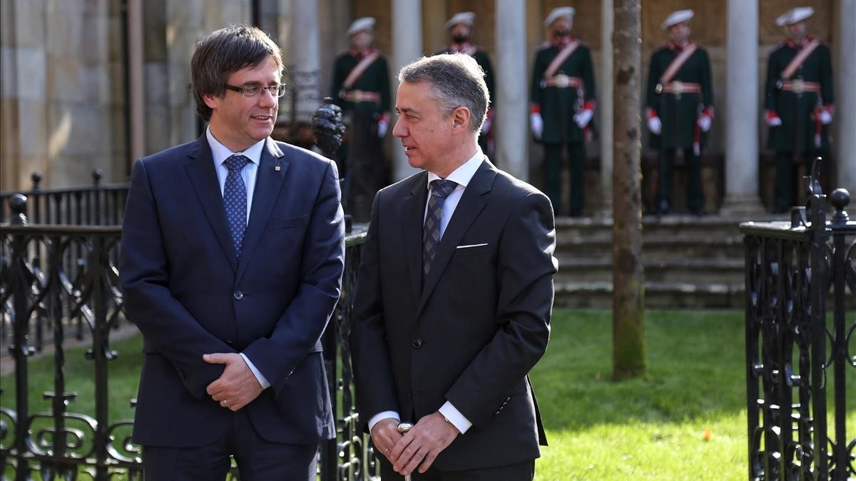 Carles Puigdemont e Iñigo Urkullu, en la toma de posesión del lendakari.