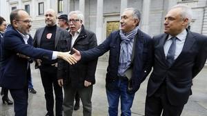 Carles Campuzano (PDECAT) saluda a Toxo y Álvarez en la puerta del Congreso de los Diputados.