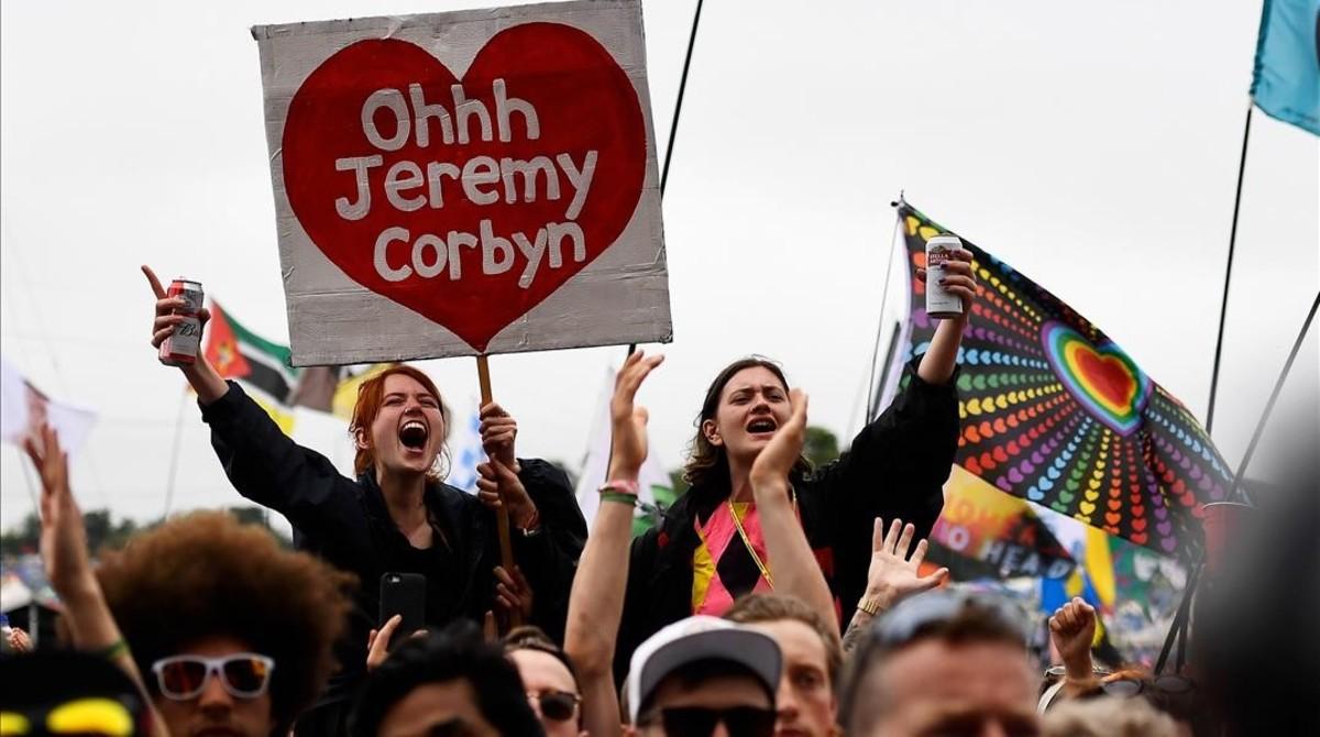 Asistentes al festival de Glastonbury jalean a Jeremy Corbyn el pasado 24 de junio.