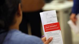 Usuarios en una Oficina de Treball para solicitar la Renta Garantizada de Ciudadanía.