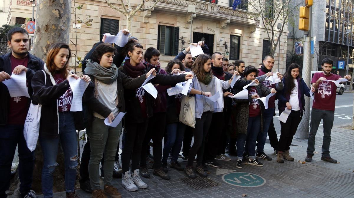 Miembros de Arran rompen la petición de cárcel del PP delante de la delegación del gobierno.
