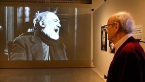 Pere Portabella mira un fotograma de Viridiana', en la exposición que le dedica Can Framis.