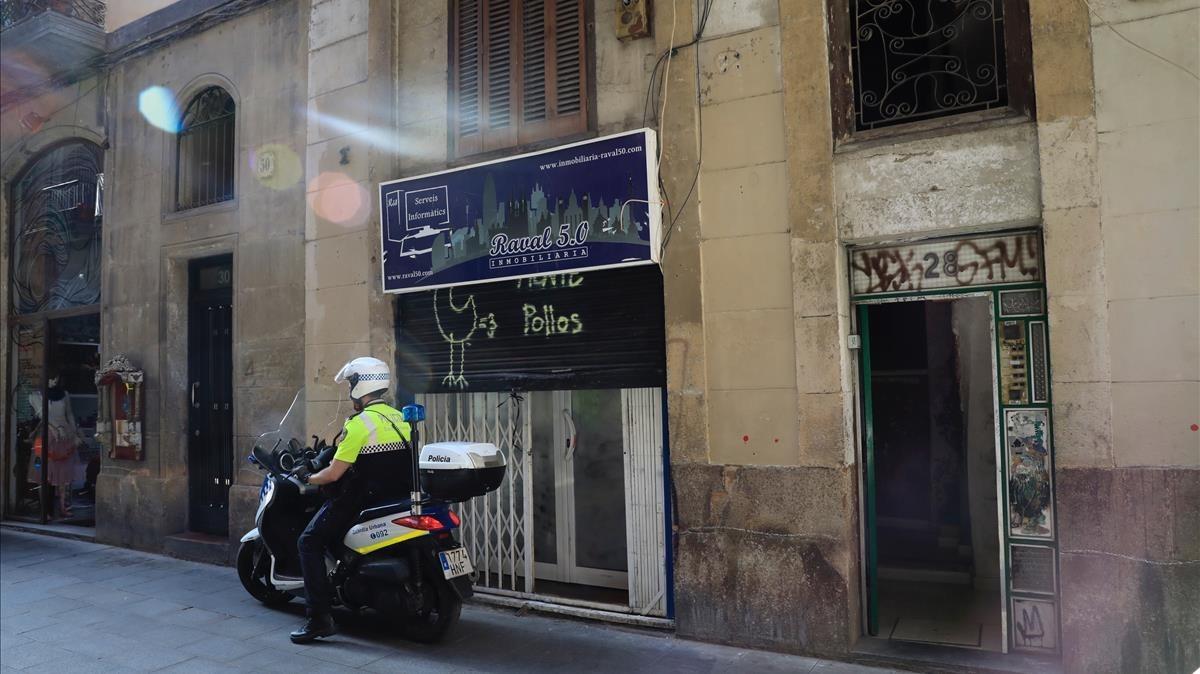 Un guardia urbano junto al número 28 de Ferlandina, que alberga un narcopiso.