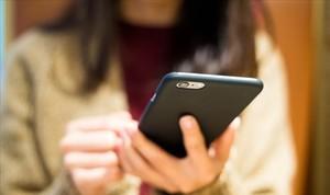 Un de cada tres pares admet estar enganxat al mòbil, més que els seus fills
