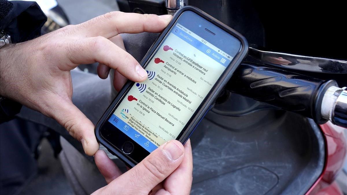 Un conductor consulta el Social Drive lalista de controles policiales activos en Madrid marcados con el símbolo de un pito rojo.