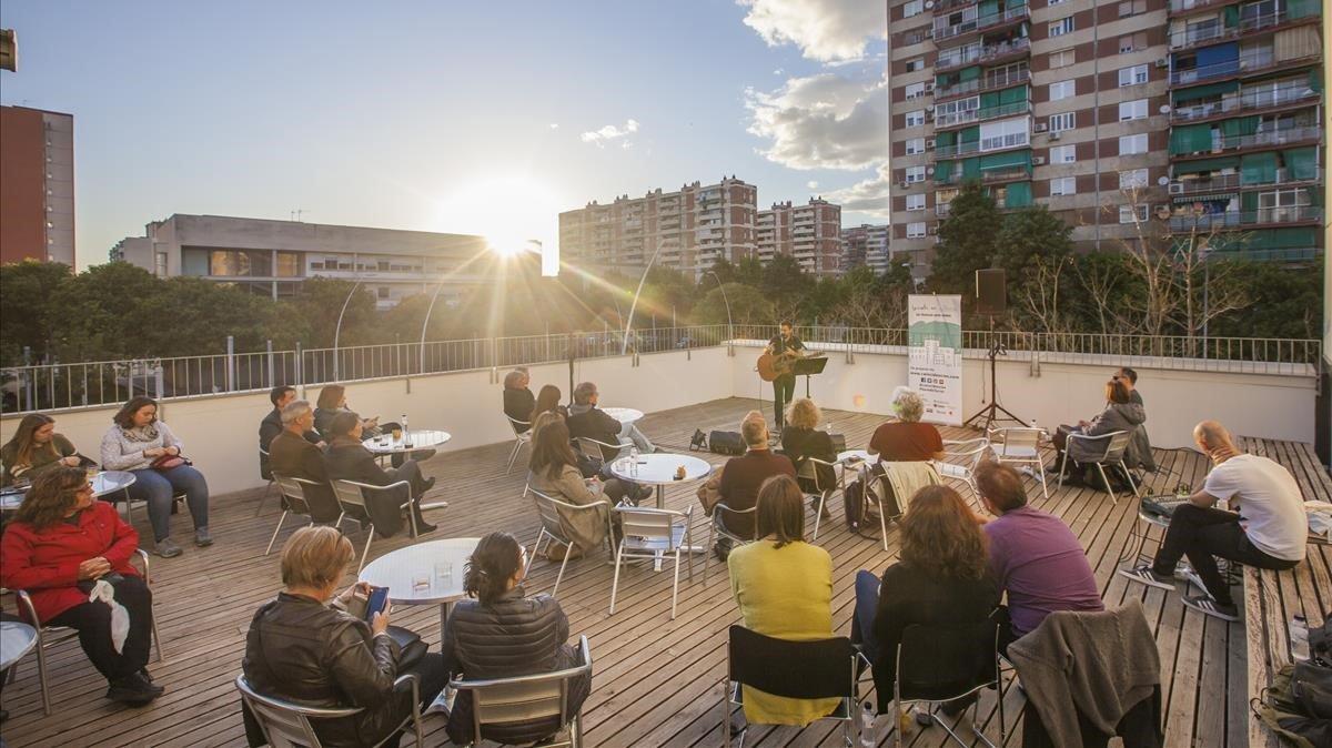 Concierto con puesta de sol de Pau Alabajos en la terraza de la Biblioteca de Bellvitge. Estrenó la nueva programación de Terrats en Cultura.
