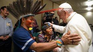 El Papa saluda a miembors de una de las tribus indígenas de la Amazonia, esta semana en el Vaticano.