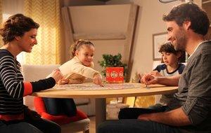 Una familia juega al 'Lince', de la empresa catalana Educa Borras.