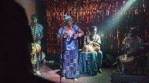 Actuación de la cantante de Burkina Faso Masara Traore en la Asociación Freedonia.