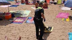 Palafrugell requisa les tovalloles dels qui les deixen per guardar lloc a la platja