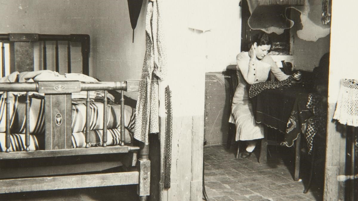 Mujer en el interior de una vivienda de la calle del Arc del Teatre, 4 de enero de 1932.