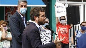 Casado insisteix en el seu pla 'antiokupes' des de Badalona entre esbroncades