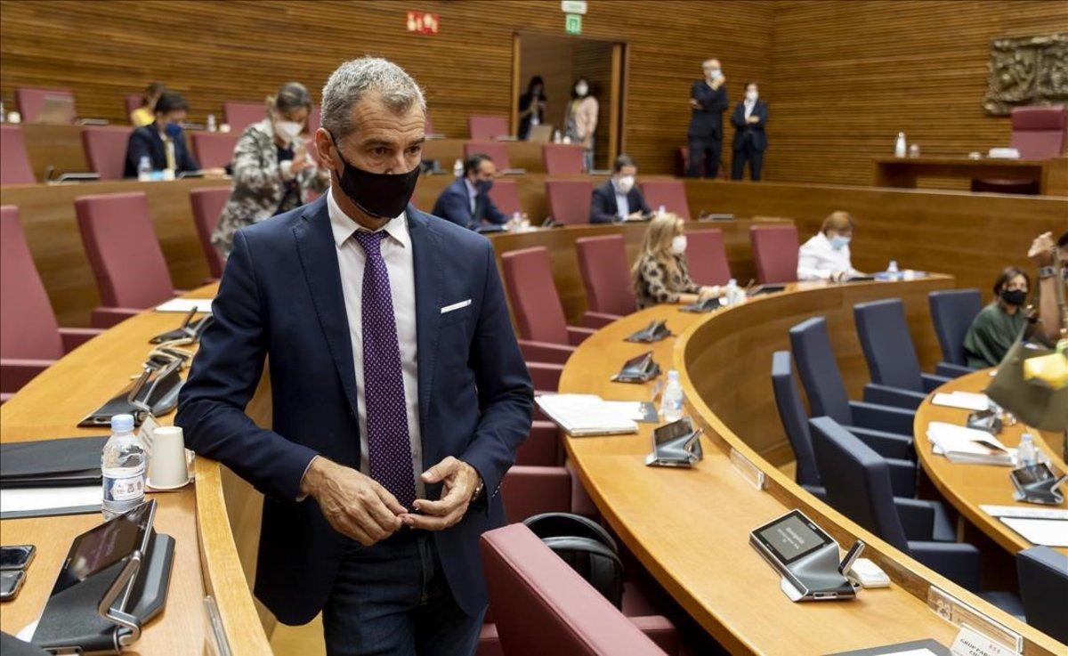 Toni Cantó espera junto a su escaño que arranque el Debate de Política General este lunes