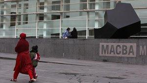 La escultura 'La ola' de Jorge Oteiza limpia y restaurada, ayer frente al Macba.