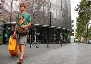 Un turista sale del Hotel Barceló Raval, en Ciutat Vella, la semana pasada.