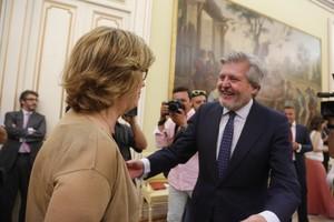 El ministre dEducació Méndez de Vigo saluda la consellera Rigau, aquest dijous, en la Conferència Sectorial dEducació.