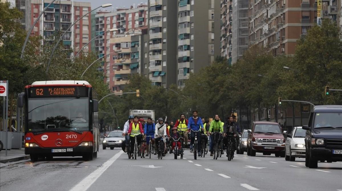 Un pelotón de ciclistas rebaja la velocidad habitual de la Meridiana en señal de protesta.