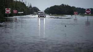 zentauroepp39868687 topshot trucks make their way through flood waters on a ma170831122940