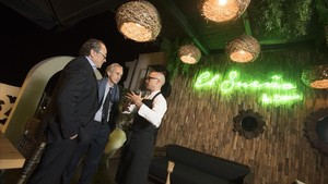Jordi Serra, propietario de The Serras, Emmanuel Guigon, director del Museo Picasso, y el chef Marc Gascons, en la terraza del hotel durante la velada del miércoles.