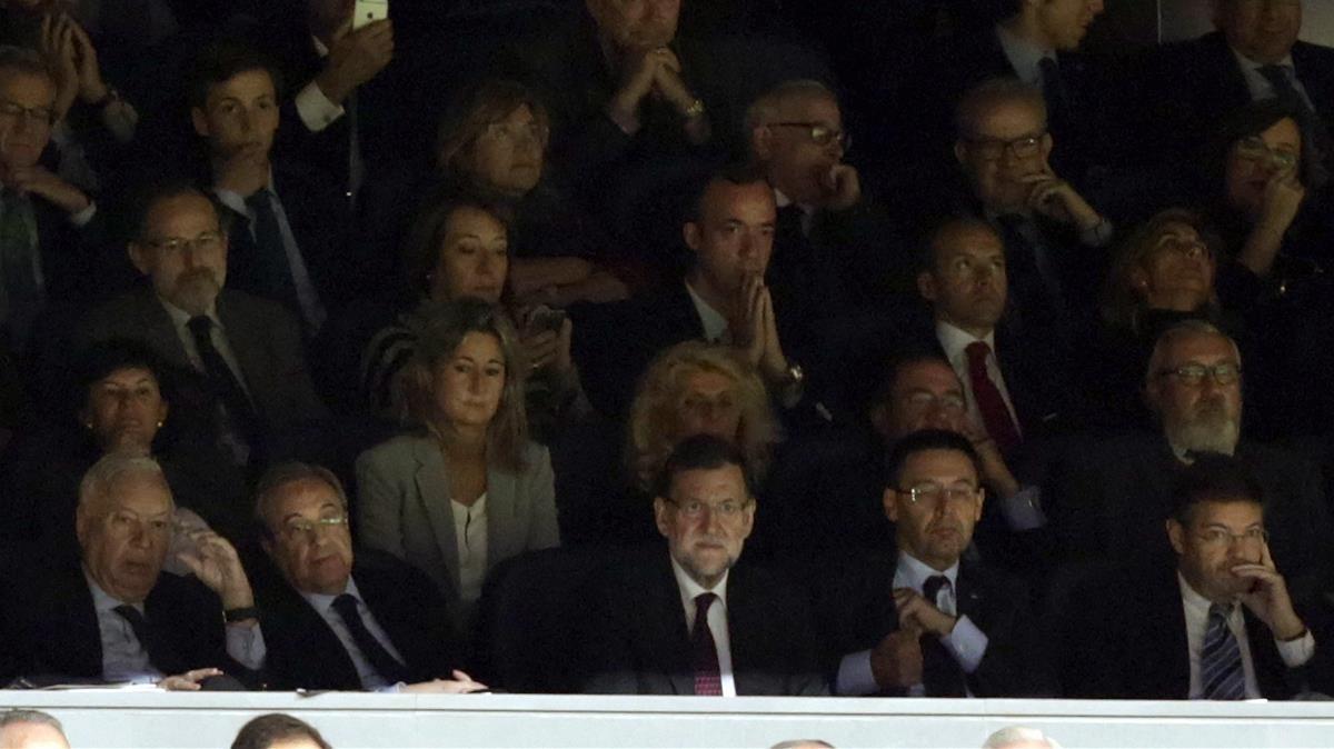 Mariano Rajoy, flanqueado por Florentino Pérez y Josep Maria Bartomeu en un derbi en el Bernabéu.