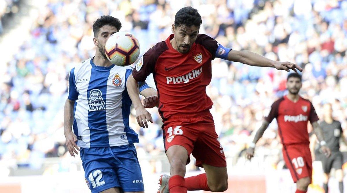 Dídac Vilà pugna por un balón con Jesús Navas. dcd8382d72604