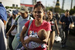 SAN SALVADOREL SALVADOR- Una segunda caravana formada por unos 600 migrantesentre ellos ninos y mujeressalecon rumbo a los Estados Unidosa menos de una semana de que una primera parte comenzara su viaje hacia el pais norteamericano.EFE Rodrigo Sura
