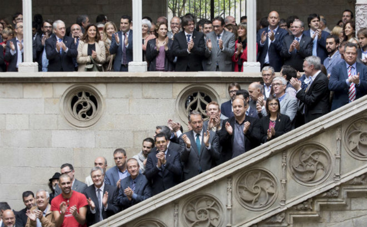 Acto institucional del mundo local, acompañado del presidente Puigdemont, para reclamar el traspaso íntegro de Rodalies a Catalunya.