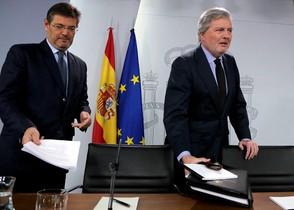 El ministro de Justicia, Rafael Catalá, y el ministro portavoz, Íñigo Méndez de Vigo, antes de iniciar la rueda de prensa posterior al Consejo de Ministros.