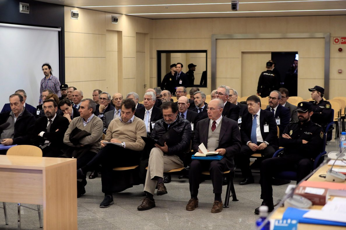 El expresidente de Bankia Rodrigo Rato (d, primera fila) junto al resto de acusados, durante la primera sesión del juicio por la salida a bolsa de la entidad en el 2011 que se celebra en la Audiencia Nacional.