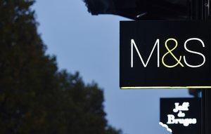 El logo de Marks and Spencer, en un gran almacén de París.