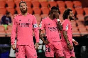 Sergio Ramos (i) reacciona a una decisión arbitral durante el Valencia-Real Madrid.