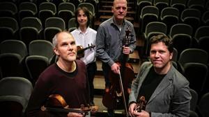 Vera Martínez al lado de Arnau Tomàs (izquierda), Jonathan Brown (derecha) y Abel Tomàs, en el Auditori.