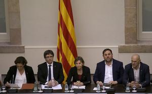 De izquierda a derecha: Ada Colau, Carles Puigdemont,Carme Forcadell, Oriol Junqueras, yRaül Romeva, el pasado día 23, en la cumbre soberanista.