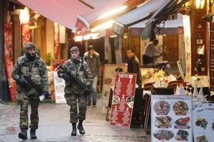 Agentes de policía belgas patrullan las calles de Bruselas, ennivel máximo de alerta.