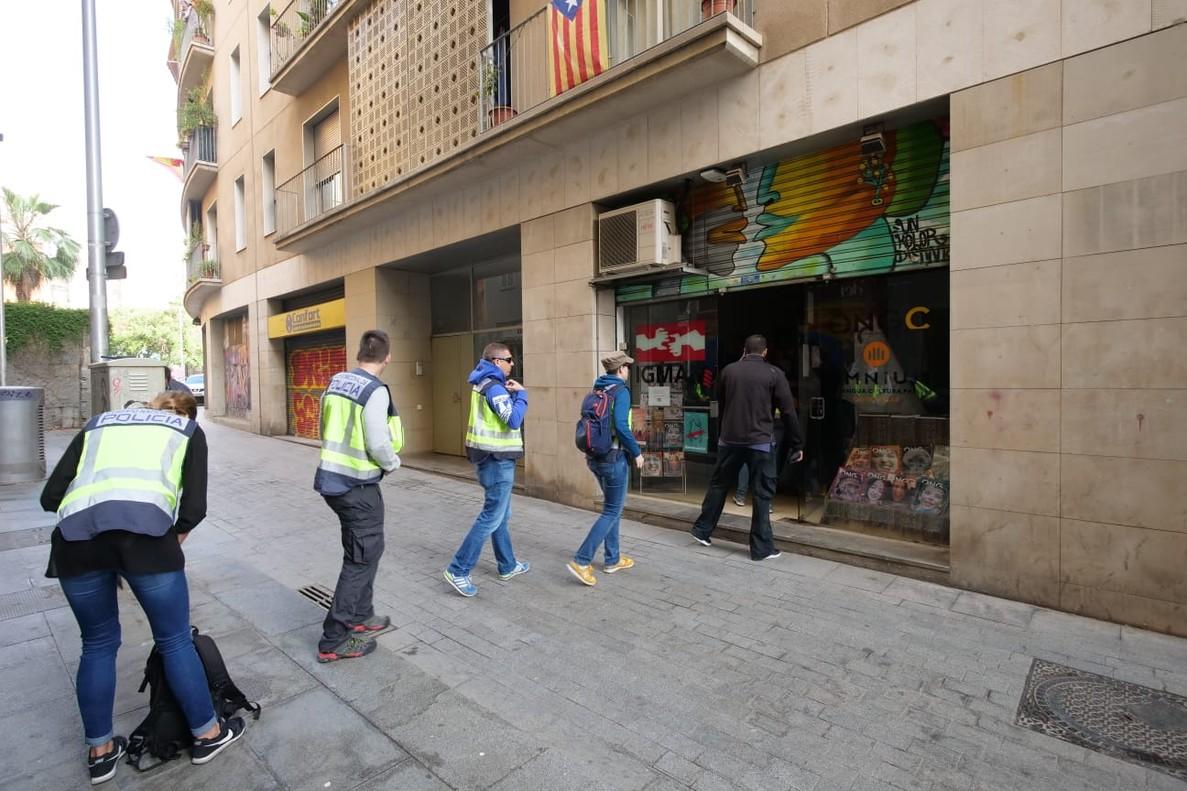 Agentes de la Policía Nacional entran en la sede de la Fundació CATmón.