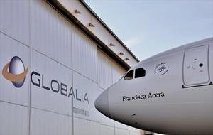 Un Airbus 330-300 de Air Europa, del Grupo Globalia, ante un hangar del aeropuerto de Palma de Mallorca.