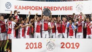 El Ajax de Amsterdam, el vigente campeón 2018-19, ostenta el liderato empatado a puntos con el AZ Alkmaar.