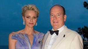 Alberto de Mónaco y su esposa, la princesa Charlène, posan en la 68º edición del baile de la Cruz Roja en Montecarlo.