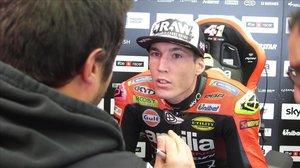 Aleix Espargaró habla con uno de los técnicos de Aprilia.