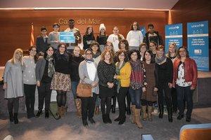 Alumnos y profesoras de la Escuela Teresa Altet recogiendo el reconocimiento de Unicef