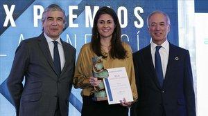 Anna Cristeto recoge el premio junto alpresidente de Naturgy, Francisco Reynès (izquierda) y al presidente del Club de la Energía,Miguel Antoñanzas (derecha)