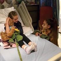 Ariana Grande, junto a una de las heridas en el atentado de Manchester.