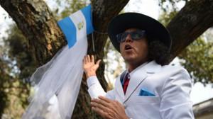 El artista Richard Torres se casa con un árbol en Guatemala.