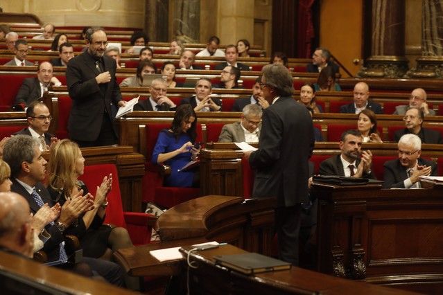 Artur Mas, frente a Antonio Baños, en el debate de investidura, ayer.
