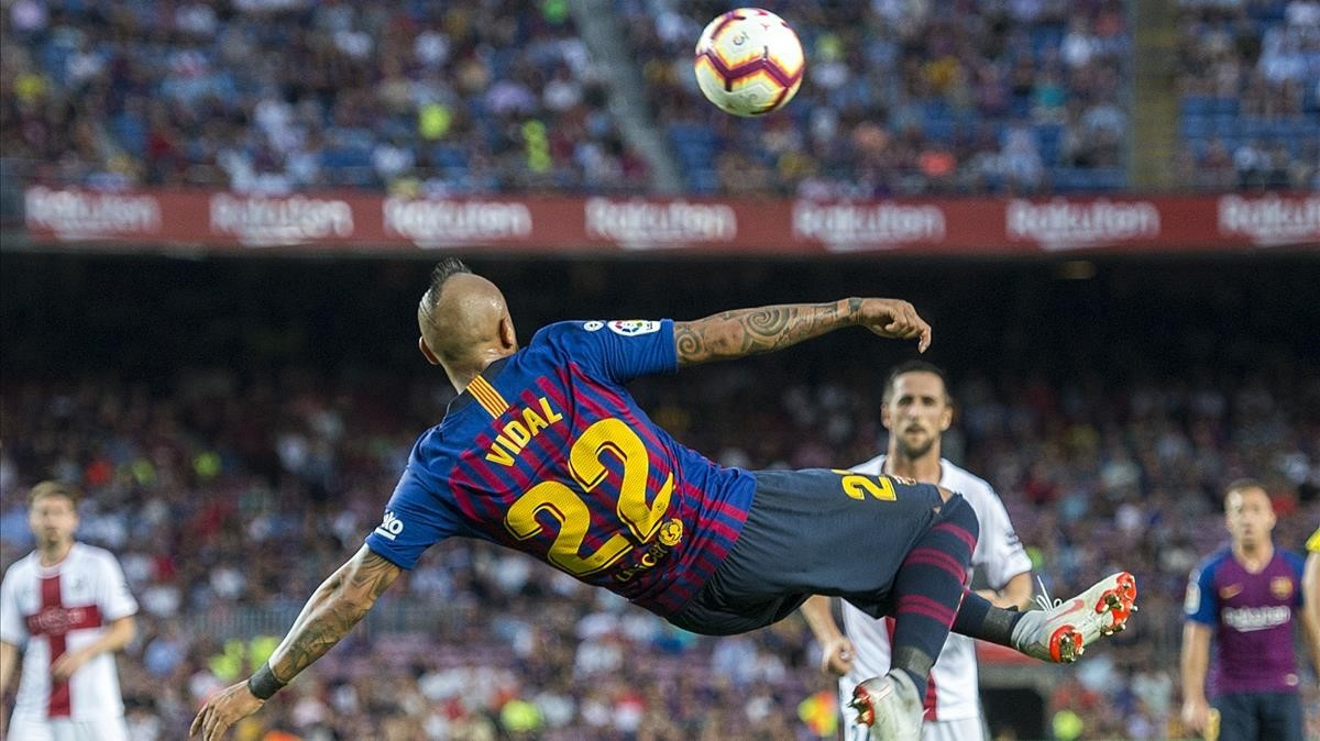Arturo Vidal intenta rematar de chilena ante el Huesca en el Camp Nou.