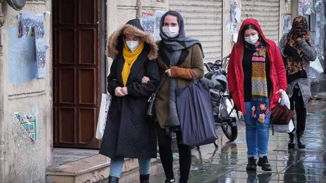 Ascienden a 2.236 los muertos por coronavirus entre los 75.465 infectados en China. En la foto, ciudadanas se protegen con máscaras en las calles de Teherán.