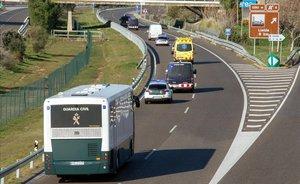 El autobús que traslada a los políticos presos a Madrid, a su paso por Lleida.