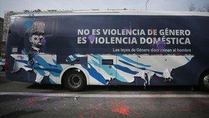 Un autocar de Hazte oír contra las que consideran feminazis en el que puede leerse la leyenda No es violencia de género. Es violencia doméstica.