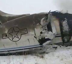 El avión siniestrado en el este de Afganistán este lunes.